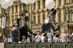 木偶队伍通过城市的街道 免版税库存图片