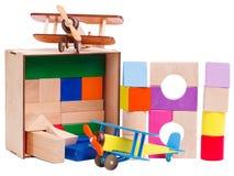 木儿童的` s,几何形状,被堆积在彼此顶部,与一架模型飞机,在白色背景隔绝了 图库摄影