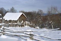 木农村房子在冬天 免版税库存图片