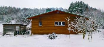 木农村棚子在冬天森林里 库存图片