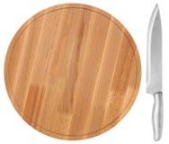木切板和刀子,在白色背景 顶视图 图库摄影