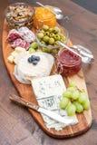 木切板用乳酪、冷盘和果酱 库存图片