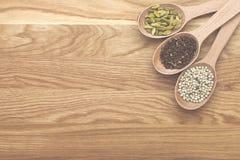 木切片用在一个木板的香料 免版税库存照片
