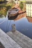 木划艇和用木材建造的房子 免版税库存图片