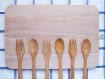 木利器、匙子和叉子顶视图在切板 图库摄影