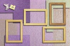 木制框架和题字与一只蝴蝶在墙壁b上 免版税库存图片
