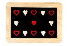 木制框架在与红色心脏形状标志和微笑的意思号的白色隔绝的葡萄酒黑板 库存图片