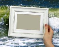 木制框架在背景海的妇女手上在海滩挥动 免版税库存图片