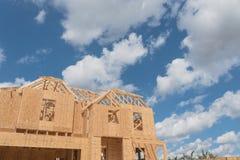 木制框架房子建设中Pearland,得克萨斯,美国 免版税库存图片