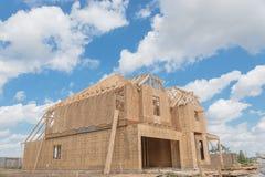 木制框架房子建设中Pearland,得克萨斯,美国 免版税库存照片
