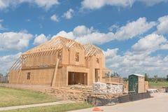 木制框架房子建设中Pearland,得克萨斯,美国 图库摄影