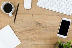 木办公室桌顶视图与计算机小配件和办公用品的 免版税图库摄影