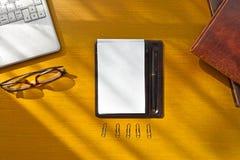木办公桌顶视图有键盘、书和eyeglasse的 免版税库存图片