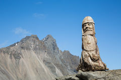 木北欧海盗雕塑和岩石峰顶 免版税库存图片