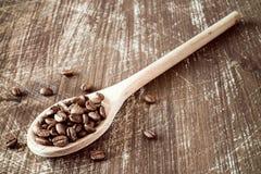 木匙子充满cofee豆 免版税库存图片