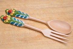 木匙子和叉子与装饰把柄 免版税库存图片