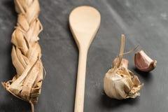 木匙子和大蒜 免版税库存图片