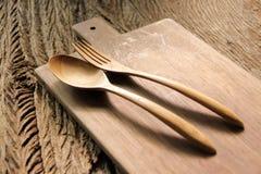 木匙子和木叉子在切板 库存图片