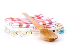 木匙子和洗碗巾 免版税库存照片