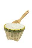 木匙子和竹子篮子 免版税库存照片