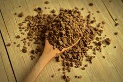 木匙子和粒子咖啡 免版税库存图片