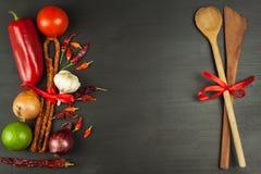 木匙子和菜在一张黑桌上 食物例证厨房准备向量妇女 库存图片