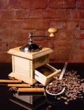 木匙子用咖啡豆、桂香和研磨机 库存图片