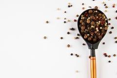 木匙子用在白色的干胡椒 库存图片