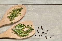 木匙子用香芹籽和迷迭香,葱,在背景的大蒜 顶视图 免版税库存图片