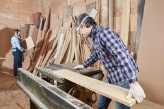 木匠与圆锯一起使用 库存照片