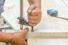 木匠与在木桌上的剥削者工具一起使用 库存照片