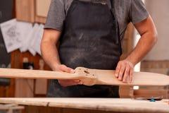 木匠与木一起使用 免版税库存图片