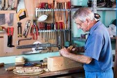 木匠与木头一起使用 免版税图库摄影