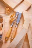 木匠业凿子和飞机在木板 免版税图库摄影