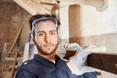 木匠业工作的学徒 免版税库存照片