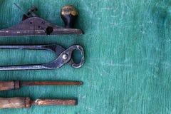 木匠业工具:钳子,文件,锤子,在木的绿色的飞机 库存照片