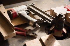 木匠业工具-开枪在工作凳的钉牢和钳子 免版税库存照片