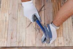 木匠业锤子大头钉和木头地板框架设计背景 免版税库存图片