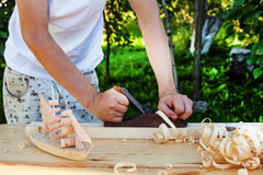 木匠人工作有木片块的飞机  库存图片