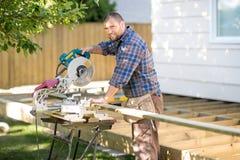 木匠使用表的切口木头在站点看见了 库存照片