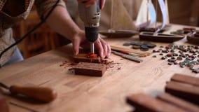 木匠使用转台式工具o雕刻木板条的一个钻子 股票录像