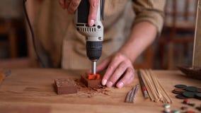 木匠使用转台式工具o雕刻木板条的一个钻子 股票视频