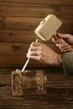木匠凿子蛾眉凿锤子手工工具木头 免版税库存照片