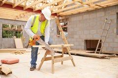 木匠切口在建筑工地的议院顶板支护 库存照片