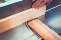 木匠参与处理木头在锯木厂 工作地点转台式一个板条平面人男性制造商行动尘土DIY人Pers 库存照片