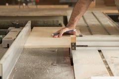 木匠和锯 免版税库存照片