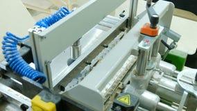 木匠在一台钻床后工作,增加家具零件到家具工厂 影视素材