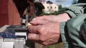 木匠在与竖锯一起使用 影视素材