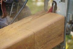 木匠在削减雪松岗位的工作 图库摄影