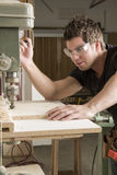 木匠在工作的工作使用电动工具 库存图片